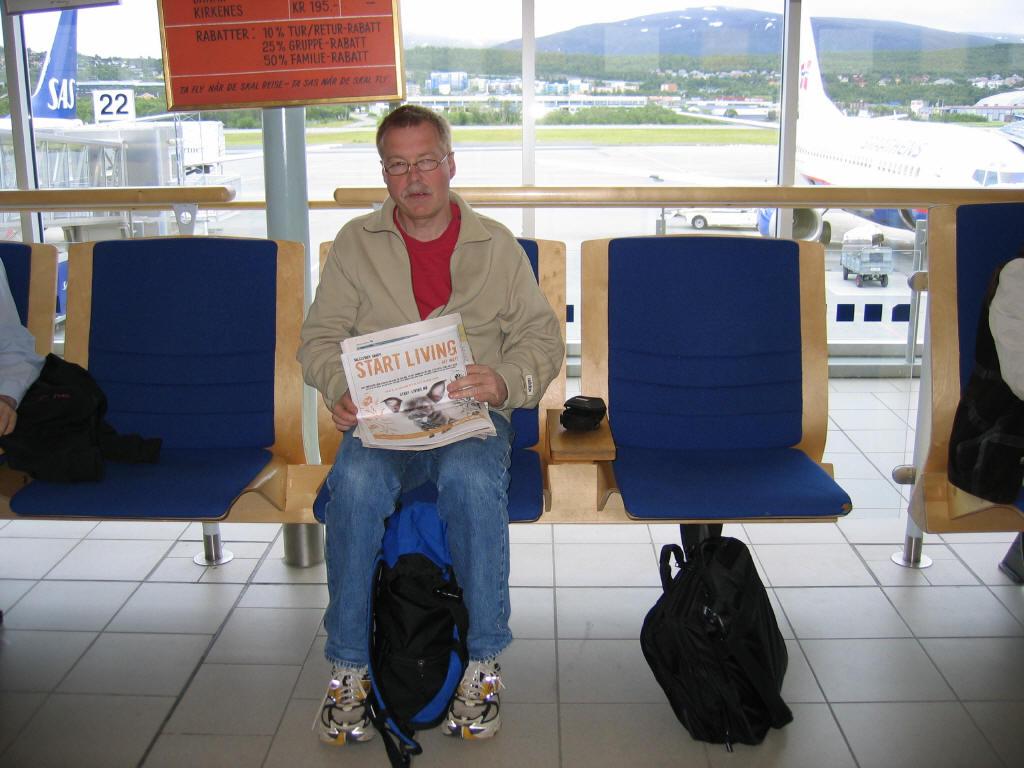 Her sitter Ronald 19.06.2004 og venter på avgang til Bodø