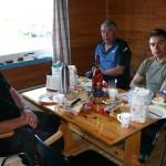 Nest siste frokost i Vennesund. Johnny, Terje og Leif nyter frokosten. Det er kun fotografen (usikker på hvem) som skulle ha med flasken. Vi drikker ikke Cognac til frokost.